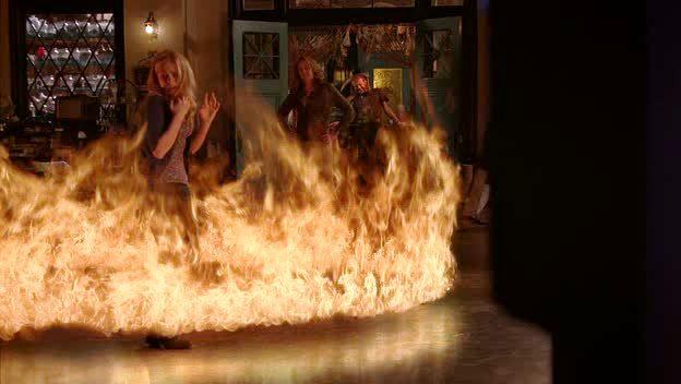 Sookie entourée par les flammes
