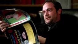 Crowley en pleine lecture