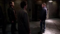 Dean enferme par Cas et Sam