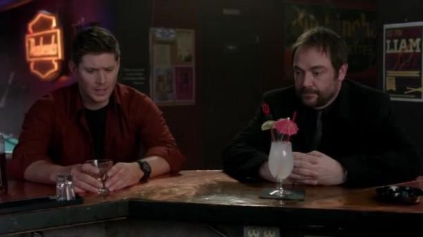 Dean et Crowley discutent de famille